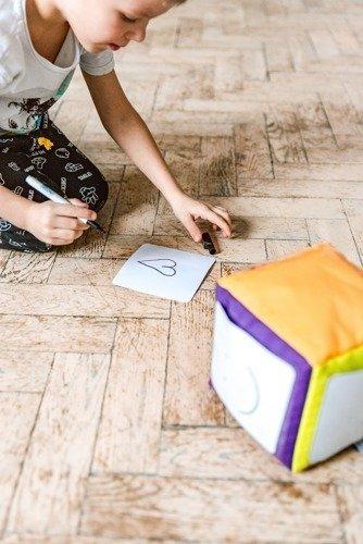 Zestaw Kostka edukacyjna z kieszonkami 15 cm + karty suchościeralne + pisak